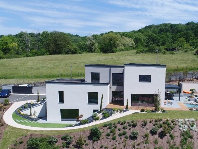 Une maison construite sur un terrain en pente
