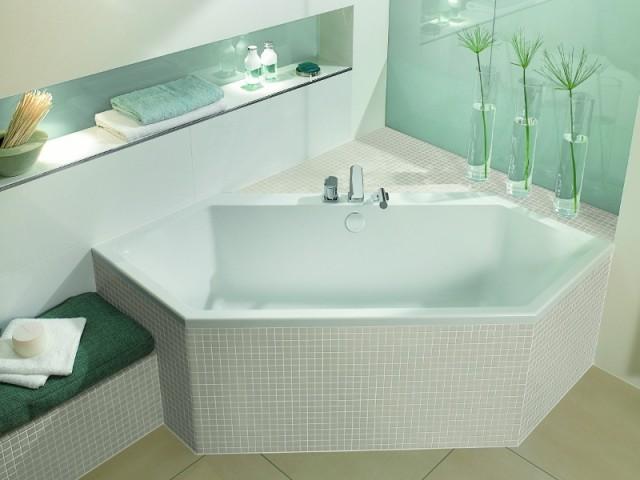Une baignoire mosaïque dans un décor vert d'eau