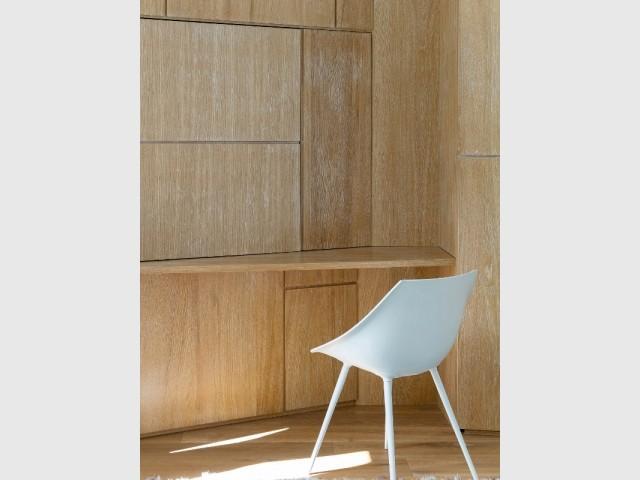 Un bureau en bois en toute discrétion