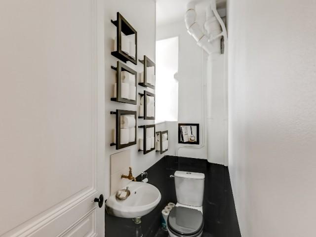 Aux toilettes, un peu de peinture, rien de plus.