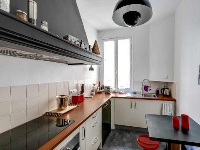 La cuisine est modernisée avec un coup de peinture