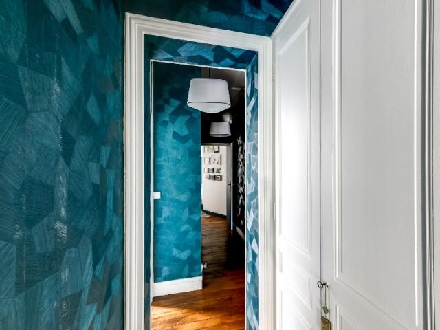 Un couloir avec beaucoup de caractère  - Un appartement haussmannien magnifié dans son intégralité