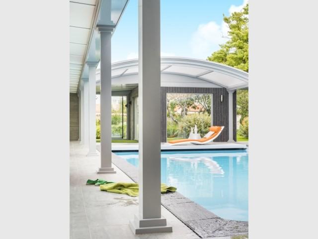 Le dôme s'ouvre au-dessus de la piscine