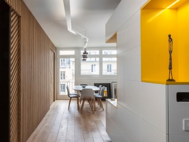Un meuble sur-mesure jaune et un claustra pour repenser un appartement