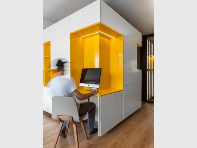 Un bureau intégré dans le meuble de rangement