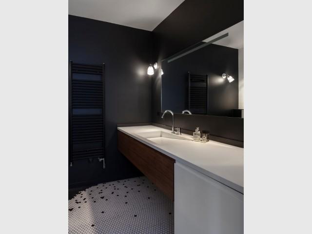 Une salle de bains épurée qui joue sur le contraste