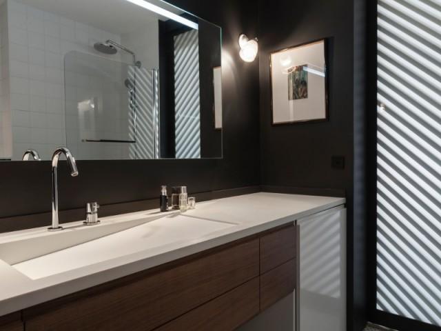 Une porte double pour séparer la salle de bains du couloir
