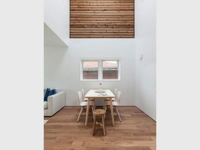 La salle à manger avec vide sur séjour de la Flipped House