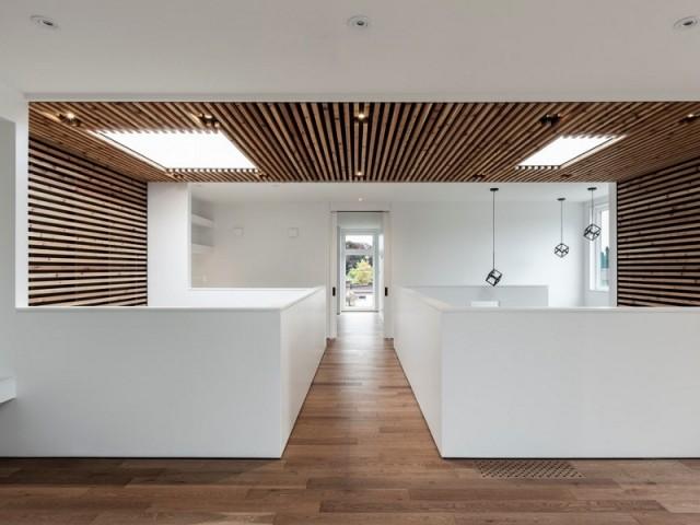 Une enveloppe de bois et deux puits de lumière dans la Flipped House