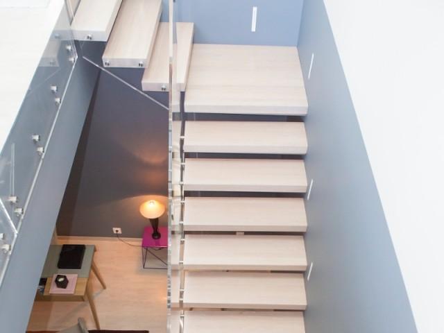 L'escalier opère la transition entre les espaces