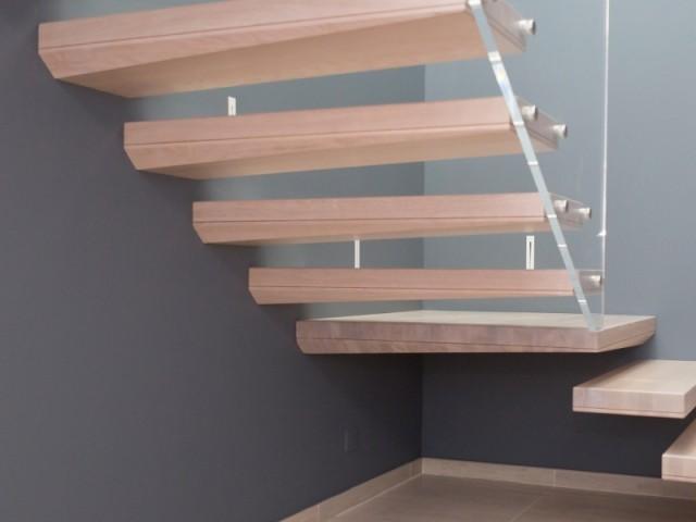 L'escalier est d'un style contemporain très épuré