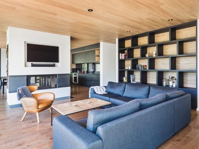 un foyer à double face sépare les espaces