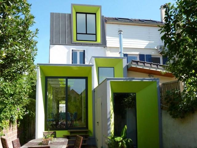 Une maison vert pomme à l\'extérieur comme à l\'intérieur