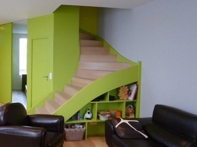 Une bibliothèque agrémente l'escalier