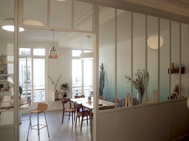Salle à manger et cuisine réunies et ouvertes par une verrière