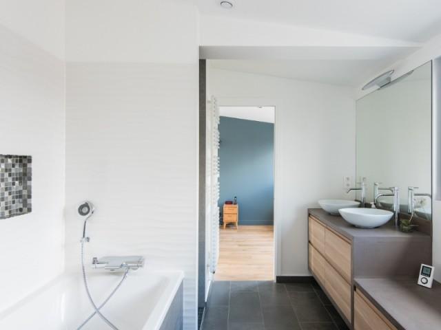 La salle de bains est à l'image de la maison