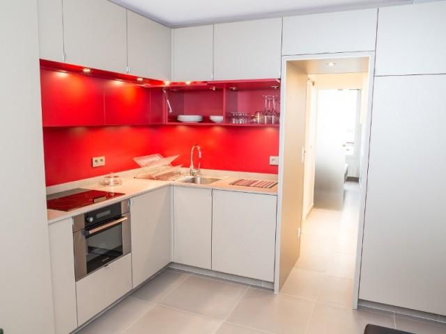 L'appartement est en gris-taupe et rouge rubis