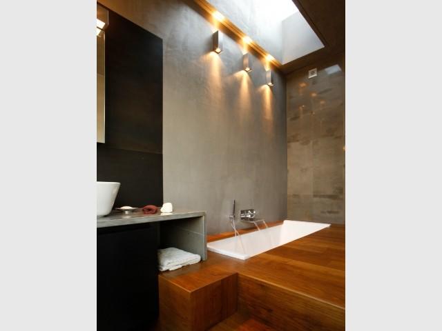 La salle de bains du LoftCube et sa baignoire encastrée