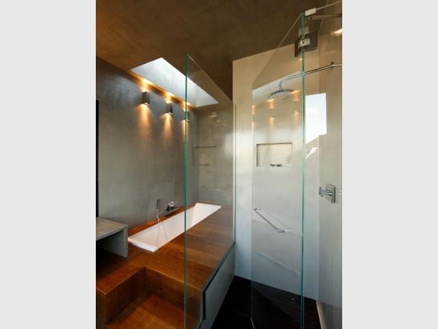 douche l 39 italienne et baignoire cascade pour une salle de bains fa on spa. Black Bedroom Furniture Sets. Home Design Ideas