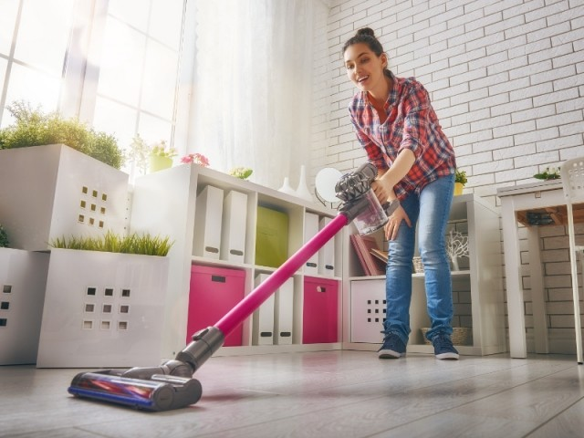 Nettoyer sa maison à l'aide d'un aspirateur balai