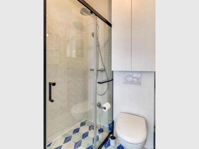 Douche à l'italienne et touches industrielles dans la salle de bains