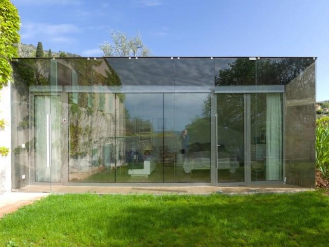 le paysage se reflète dans les vitres