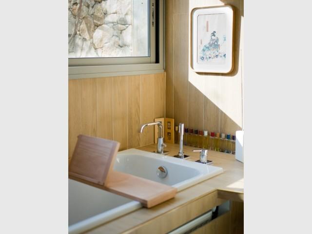 La salle de bains est tapissée de carrelage