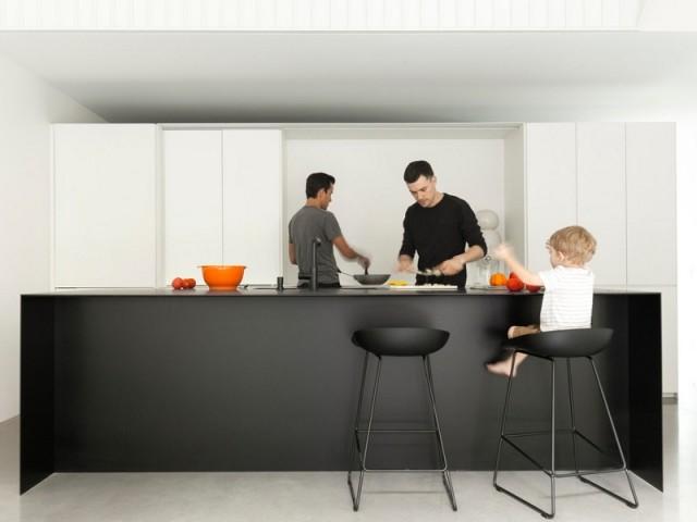 Une cuisine familiale en noir et blanc, tout en discrétion et en légèreté