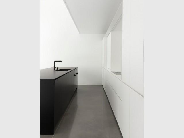 Noir et blanc s'opposent dans la cuisine minimaliste