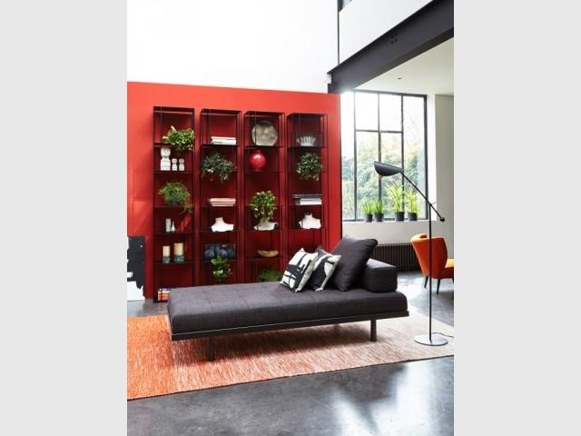 Un daybed pour créer un second salon - Un daybed dans un salon rouge