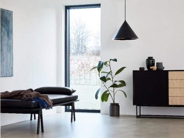 Un daybed en cuir dans un salon lumineux
