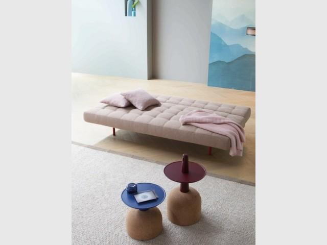 Un daybed rose comme lit dans une chambre d'amis
