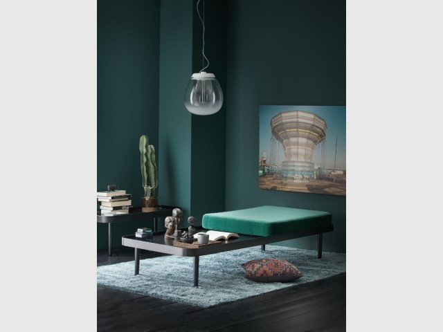 Un daybed contemporain et sa table d'appoint