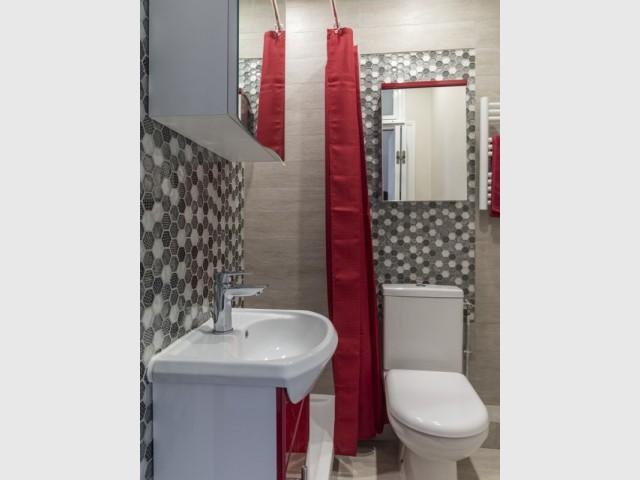 Touches de rouge dans la salle de bains