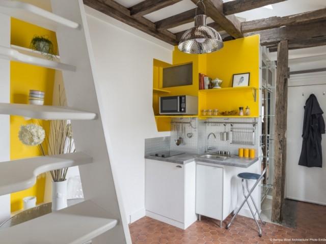 Une cuisine jaune, compacte et fonctionnelle