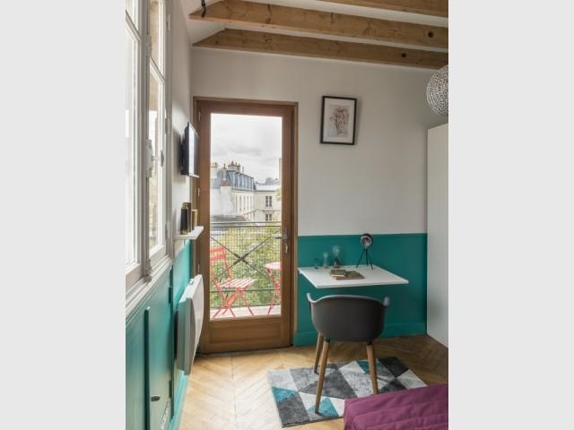 Un salon bureau vert canard et violet