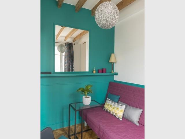 Un miroir dans le salon vert et violet