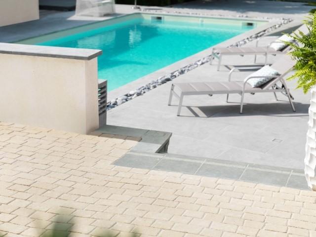 Piscine avec terrasse en pierre