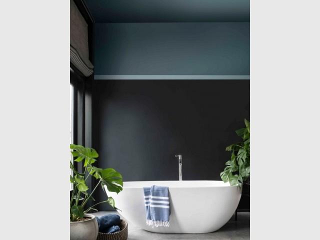 Un bleu foncé au plafond de la salle de bains