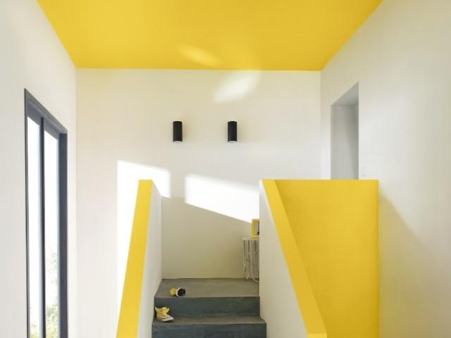 Un jaune vif au plafond de l'escalier