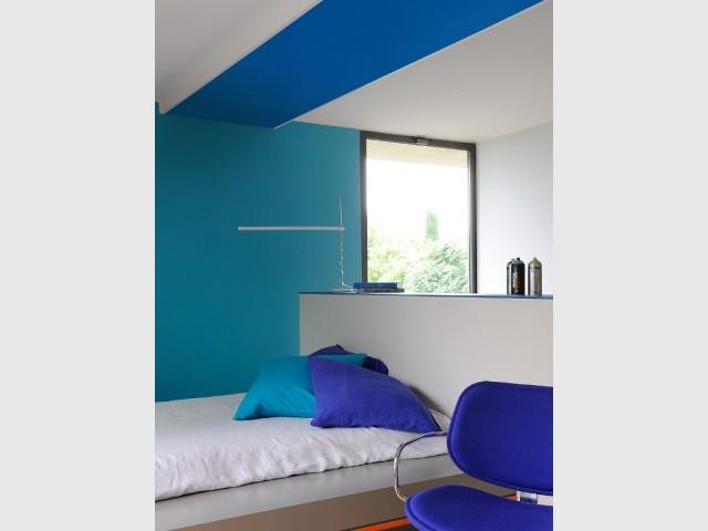 Une bande de peinture bleue au plafond