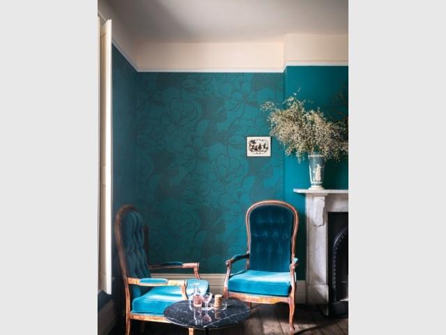 Papier peint à motif et plafond rose au salon