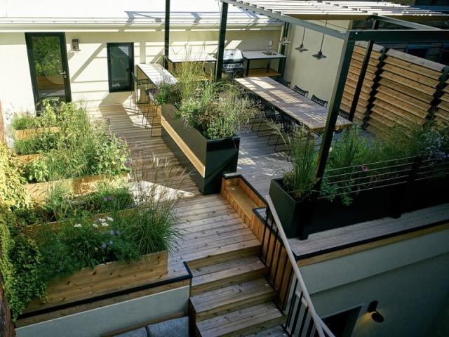 La terrasse est divisée en quatre espaces