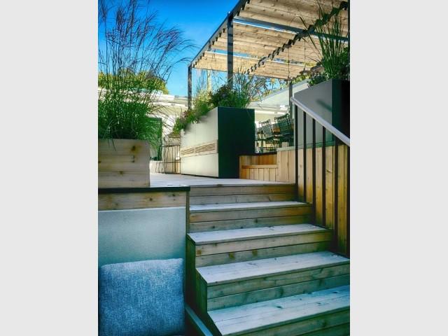 La terrasse mélange bois et métaux