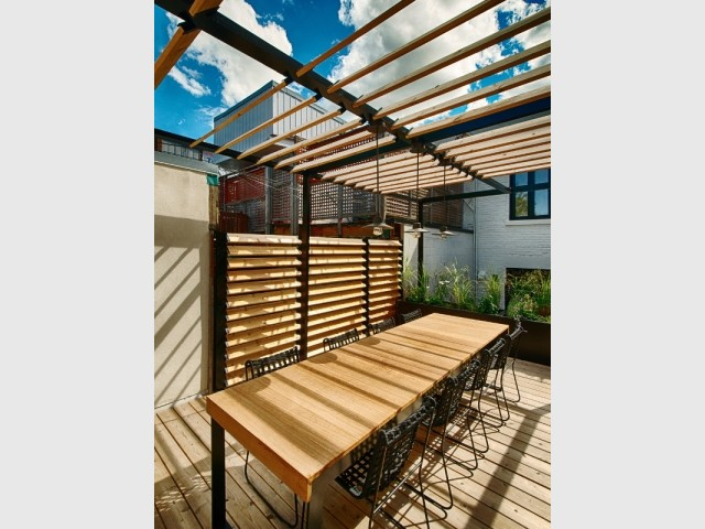 La table mélange bois et acier