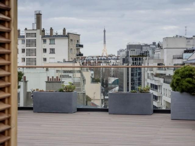 De larges terrasses sur le toit avec vue sur Paris - Immeuble à la façade en corian
