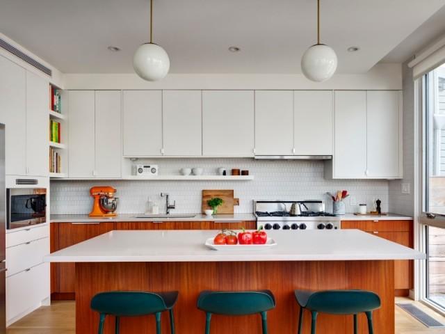 Acajou et blanc pour une cuisine ouverte