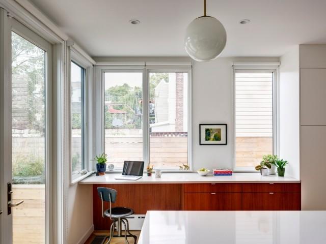 Un coin bureau en face de la cuisine avec îlot