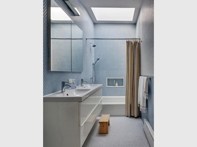 Un puits de lumière éclaire la salle de bains des enfants