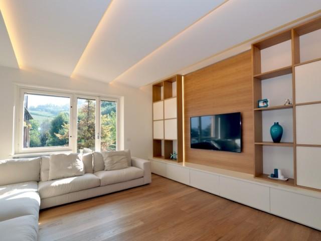 Un salon TV avec sa plafond lumineux